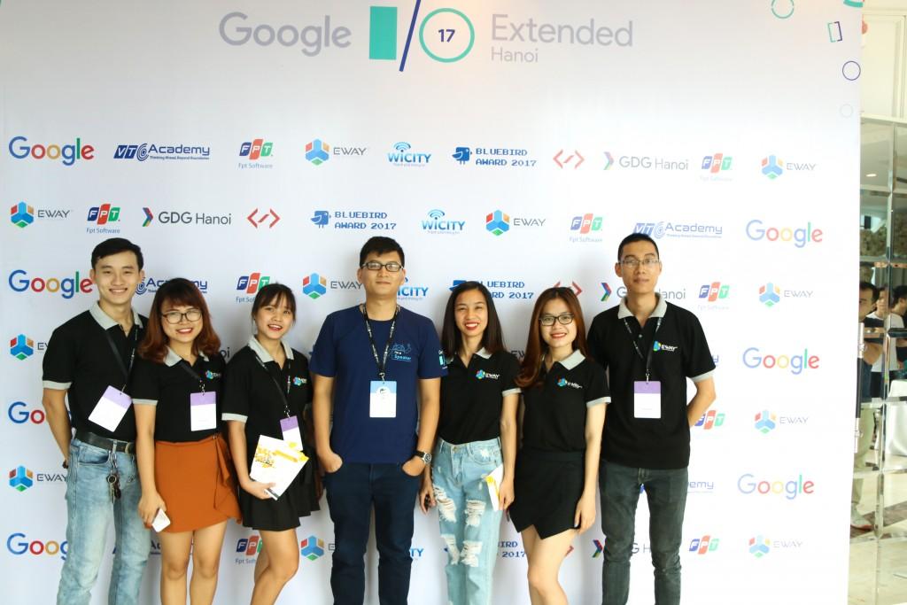 Đoàn EWAY chụp hình lưu niệm với diễn giả Phạm Phương Tú.
